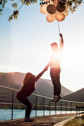 拉齊奧婚禮攝影師訂婚畫像的一對夫婦和氣球的水| 羅馬婚禮前的照片