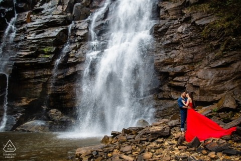Wedding engagement photography in Goias by a waterfall | Brazil engagement photographers