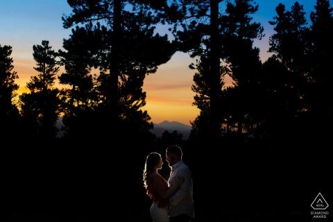 Die Sonne geht im Golden Gate Canyon State Park während einer Verlobungsporträtsitzung eines Paares unter
