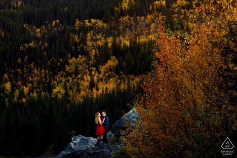 Ein abenteuerlustiges Paar genießt das goldene Licht und die bunten Aspen-Bäume in der Nähe von Frisco Colorado, während sie ihre Verlobung feiern