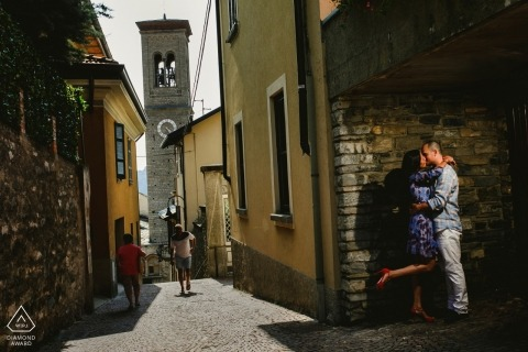 Como-het verlovingsportret van het Meer van een paar op de straten van Como