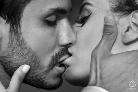 cyprus foto's van een paar zoenen en lip bijten door een top Turkije bruiloft engagement fotograaf