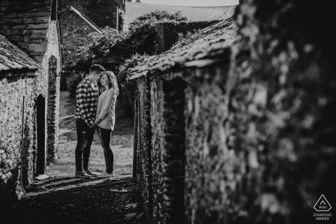 England schwarz und weiß vorhochzeit verlobungsbilder eines paares in einer ziegelstein- und steingasse | Devon Porträt schießen