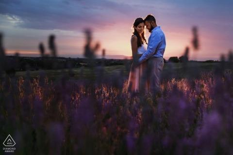 Ein Londoner Paar während ihrer im Freien vor der Hochzeit dämmernden Portraitsession England-Fotografen
