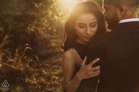 Engagement Portrait eines Paares, das die warme Sonne genießt, von Hochzeitsfotograf Rahul Khona
