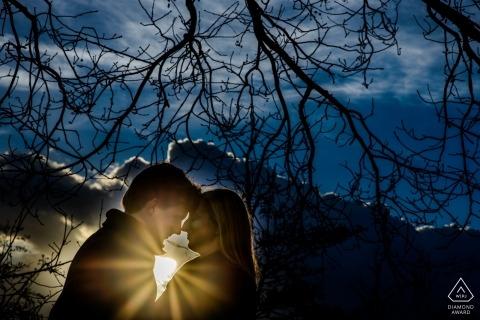 Donkere lucht met zon achter romantisch koppel door Flanders Engagement Photographer