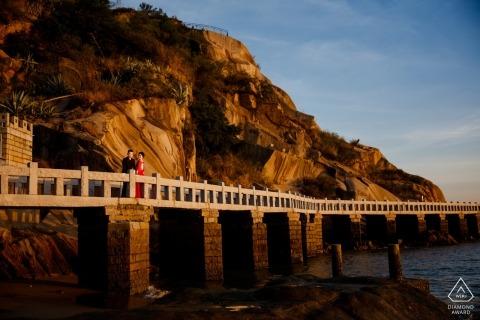 Séance de photos de fiançailles avec Fujian d'un couple sur un long pont au bord de l'océan | Photographe Chine