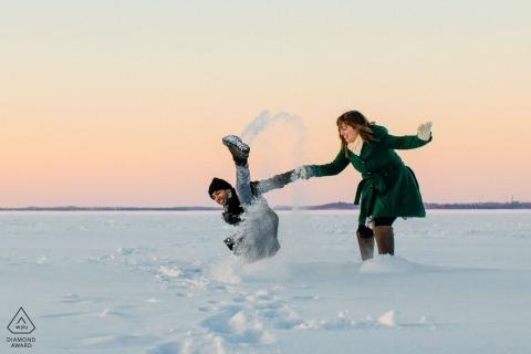 Un couple de MN court se réchauffer alors qu'il glisse sur le lac Mendota | Séances de photographie d'engagement
