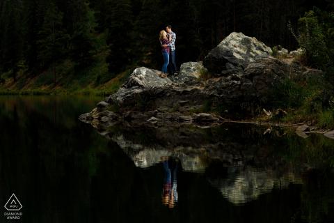 Ein Paar spiegelt sich im Wasser während ihrer Verlobungsfotos in Officer's Gulch in der Nähe von Copper Mountain Colorado