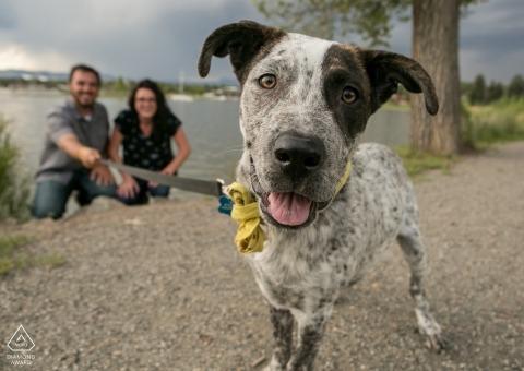 Sessione di ritratto di fotografia di fidanzamento di Denver di una coppia vicino al lago con il loro cane
