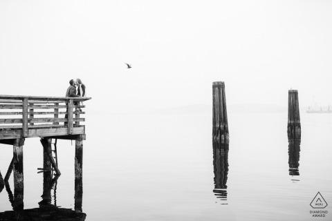 Couple de Seattle sur la jetée avec des reflets de l'eau pendant le tournage
