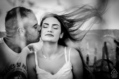 Fotograaf van het de bestemmingshuwelijk van Sicilië Fotografie van de de verlovingzitting van Syracuse met haar haar dat in de wind blaast