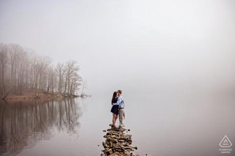 Hochzeitsverpflichtungsphotographie durch den nebeligen See in Maryland durch Baltimore-Verlobungsphotographen