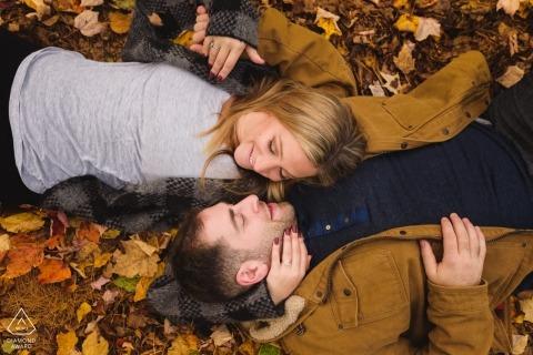 Portrait de fiançailles avec des feuilles d'automne au Québec