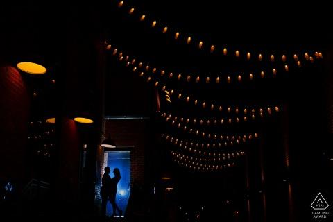 Das Paar aus Colorado teilt einen Moment im The Dairy Block in der Innenstadt von Denver während seiner Verlobungsfotos.