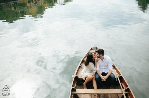 Da Nang Hochzeit Verlobungsfotograf | Vietnam-Fotografie in einem kleinen Boot auf dem Wasser