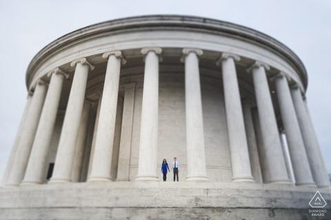 Un couple de DC pendant leur séance de portrait avant le mariage par un photographe de Washington