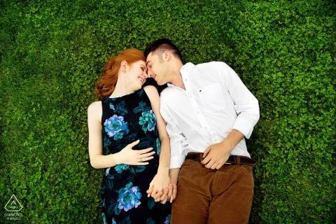 Ślubne zdjęcia zaręczynowe z Nowego Jorku na trawie w parku autorstwa fotografa z Long Island