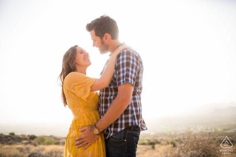 Betrokkenheidsportret in de zon door de winnende huwelijksfotograaf van Arizona