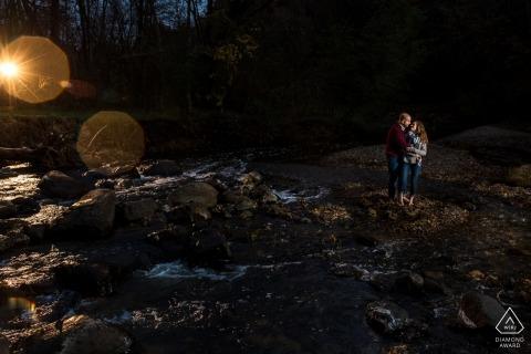 Coppia giocando vicino all'acqua durante la sessione di foto di fidanzamento in MN.