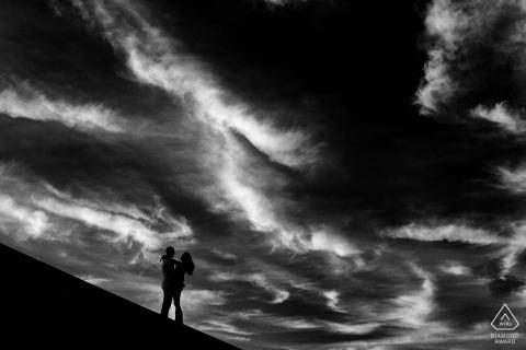 Fotos de compromiso antes de la boda en Lake Tahoe de una pareja con cielo oscuro | Sesión fotográfica de pareja en blanco y negro
