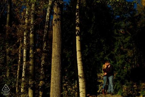 Couple engagé pose pour des portraits dans la forêt d'automne | Nelson BC Photographe de mariage