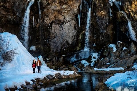 Portrait de fiançailles de Rifle Falls dans la neige | Photographes de mariage du Colorado
