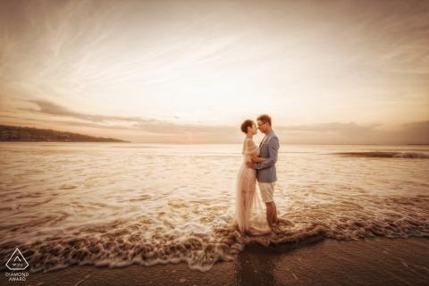 De zonsondergangovereenkomst van Indonesië met paar op het strand