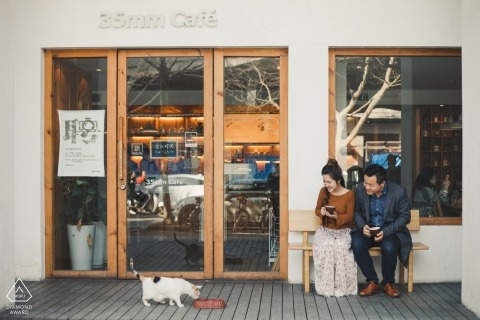 Zhejiang China Engagement Photography mit einem Paar und einer Katze