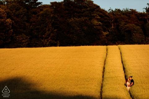 Disparos de compromiso con una pareja en los campos al atardecer en Patrixbourne, Kent, Reino Unido