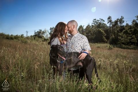 Ontario, Canada Fotografia zaręczynowa Sesja portretowa z parą w polu trawy z psem