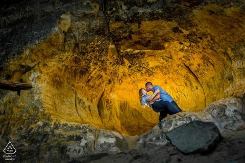 S'amuser dans la grotte avec un couple | Photographe d'engagement de Minneapolis