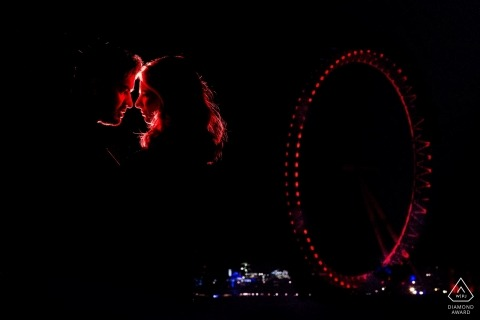 London Eye Engagement-Fotoaufnahme nachts mit Paaren im Rot