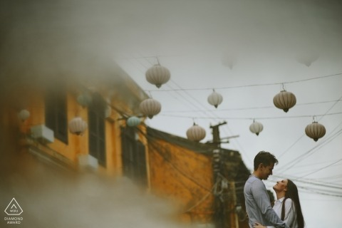 Love with raining in Hoi An par un photographe de Hoi An | Séance photo pré mariage au Vietnam