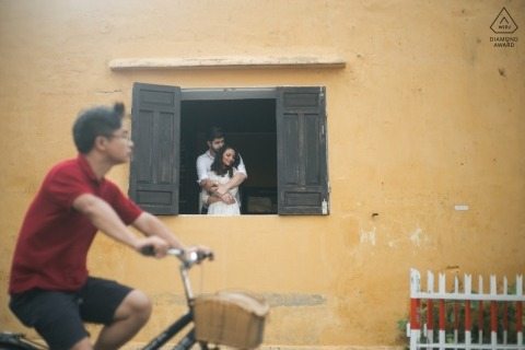 In de windown door Hoi An-fotograaf | Vietnam Engagement Fotograaf