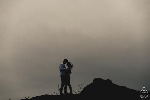San Francisco, CA - Steady Love - Paar auf dem Hügel für ein Porträt vor dem Hochzeitstag