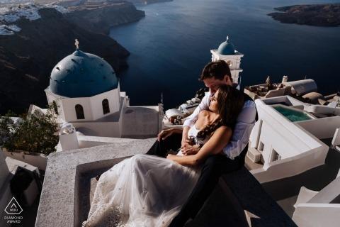 Portretten in Santorini, Griekenland voor Pre-huwelijkssessie met uitzicht op water