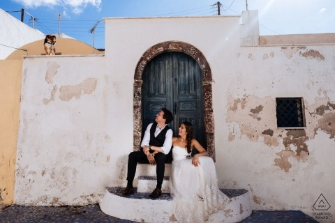 Santorini, Griekenland Pre-weddingfotografie in de zon met witte gebouwen