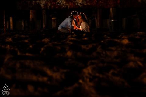 Coppia innamorata sotto il molo di Santa Monica | Ritratti romantici di fidanzamento sotto il molo di Santa Monica