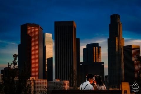Paar dat van een romantische zonsondergang in Los Angeles geniet Romantische Pre-portrettekeningen van de Zonsondergang van Los Angeles