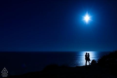Strandsilhouet van verloofd paar bij El Matador Beach Malibu