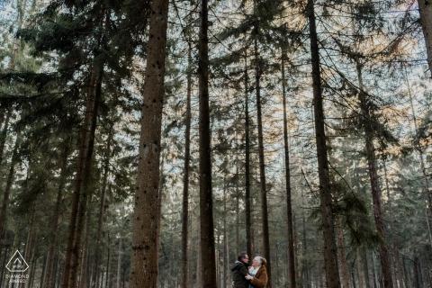 Portrety zaręczynowe Holandia Drenthe pod wysokimi drzewami w lesie - kochaj zawsze