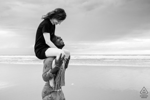 Azur France Engagement Portraits eines Paares am Strand