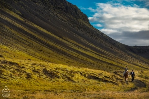 Coucher de soleil d'Islande Fiançailles Photo Shoot dans les montagnes avec un cheval