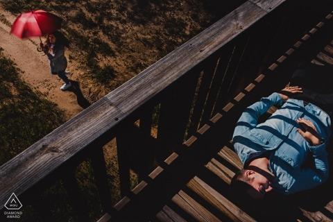 Apart om mee te doen. | Paar in de zon met paraplu | Valladolid Engagement Fotograaf