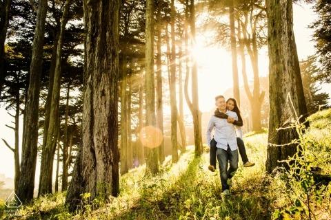 California - Sesión de retratos de compromiso en el norte de San Francisco en árboles altos y sol