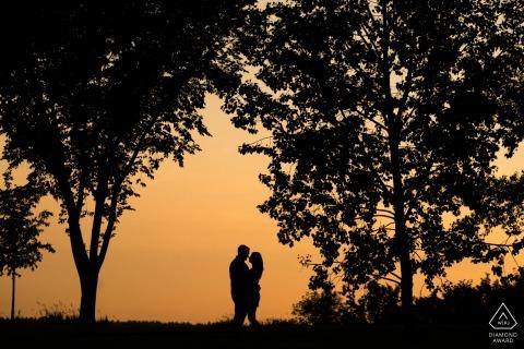 Edmonton, AB, Kanada Sunset Portraits in den Bäumen für das Engagement