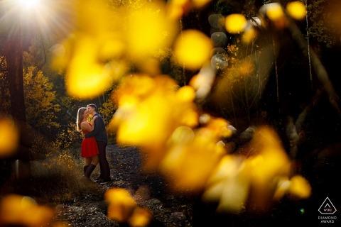 Baci durante le loro foto di fidanzamento in autunno vicino a Frisco Colorado