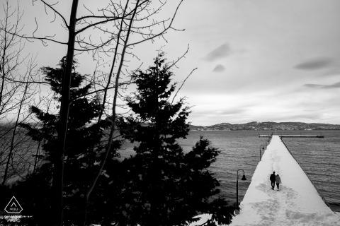 Tahoe City, Lake Tahoe engagement fotoshoot | Walkin op het dok in diepe sneeuw