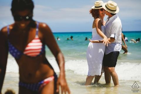 Küssen Paar Verlobungsshooting am Strand von Kuba